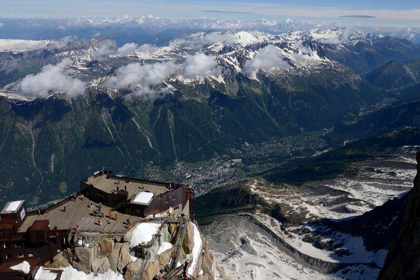 Une vue aérienne de l'Aiguille du Midi surplombant la vallée de Chamonix en Haute-Savoie.