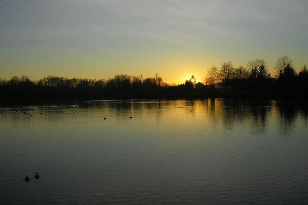 Dans l'Orne, coucher de soleil et ciel dégagé sur l'étang du château de Flers.