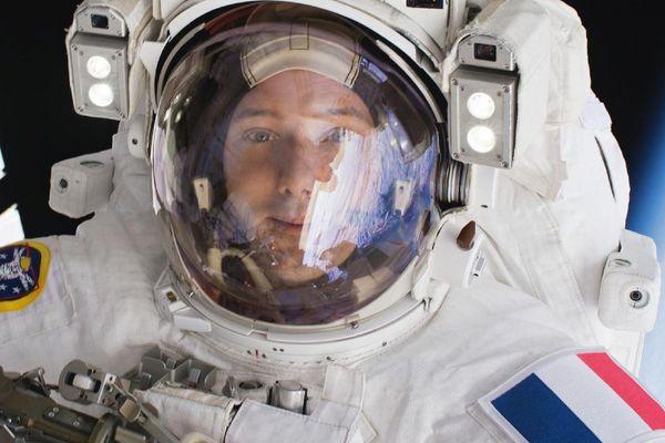 """Le selfie de Thomas Pesquet depuis l'espace fait la une du traditionnel album """"pour la liberté de la presse"""" de Reporters sans frontières."""