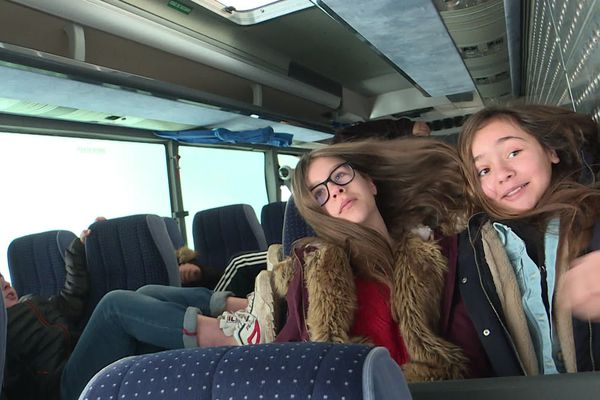 À Commentry, des élèves ont fait l'expérience de se trouver dans un bus retourné. Mieux vaut avoir sa ceinture bien attachée !