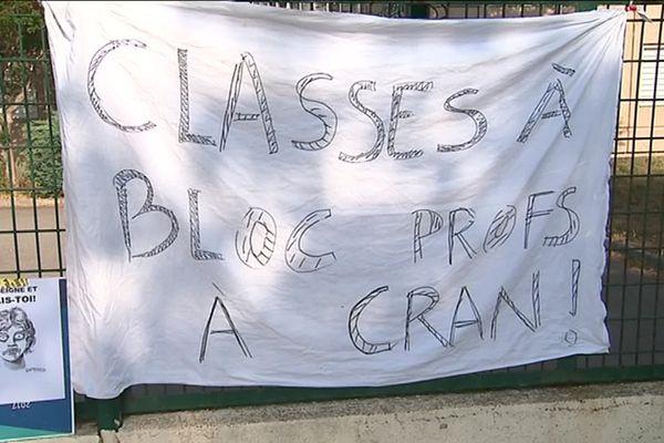 Les enseignants du collège Gaston Doumergue à Sommières dans le Gard ont surveillé les épreuves du brevet 2019 mais manifesté leur mécontement face aux réformes de l'éducation nationale devant leur établissement.