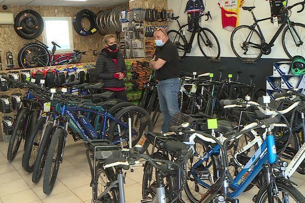 Même les magasins spécialisés ont du mal à pouvoir suivre le rythme des commandes de vélos électriques et à répondre aux demandes.