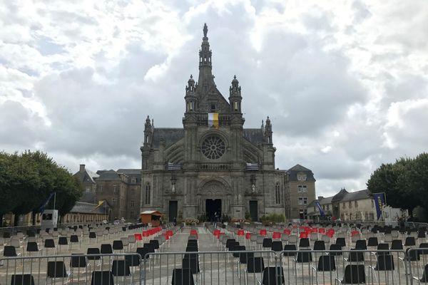 Ce matin, les chaises installées à l'extérieur de la basilique pour suivre les offices sont restées inoccupées.