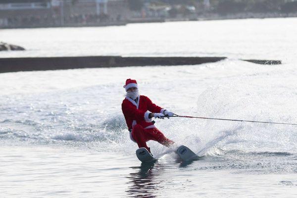 Passage acrobatique du père Noël à Antibes ce dimanche matin.