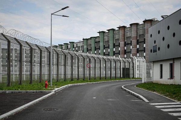 La prison de Fleury-Mérogis située à 30 km au sud de Paris dans l'Essonne.