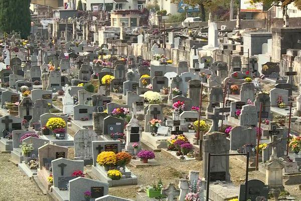 Dans ce cimetière d'Agen, les fleurs colorent le paysage.