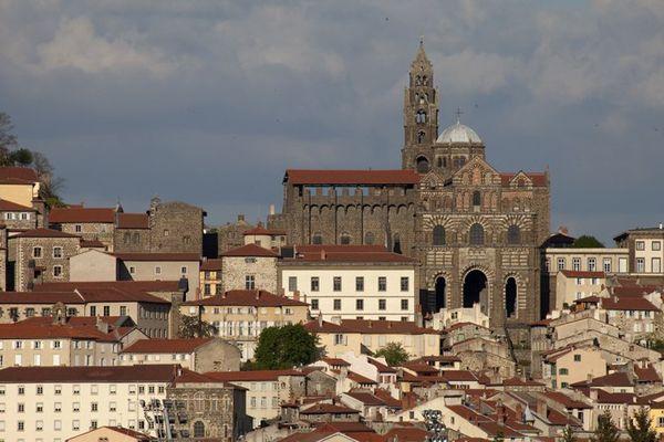 Juchée sur son promontoire volcanique, Notre Dame du Puy-en-Velay est l'une des cathédrales romanes de France les plus spectaculaires.