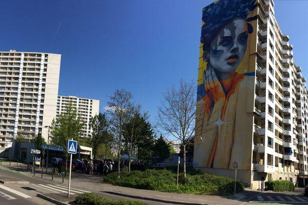 L'artiste espagnol Durone a réalisé une fresque haute de 38 mètres sur la tranche d'une barre d'immeuble, rue Mathias-Grünewald à Mulhouse.
