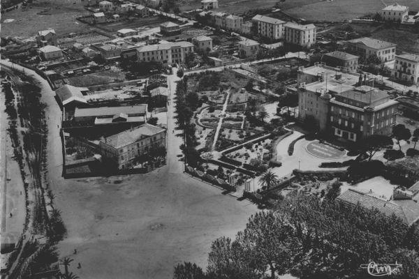 L'Institut des Filles de Marie que l'on voit ici à gauche, à l'angle de la Place Paoli, côté plage, à L'Île-Rousse.