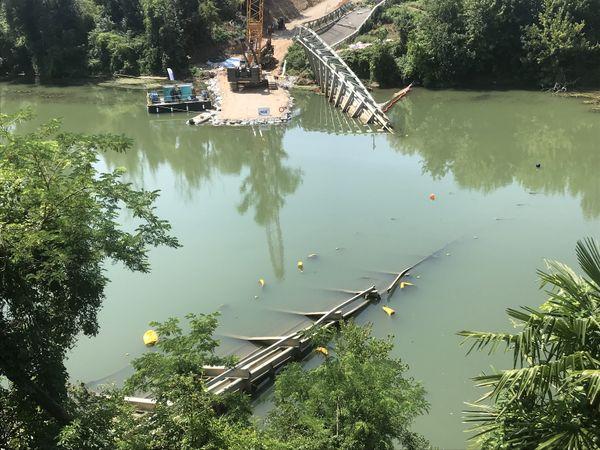Mirepoix-sur-Tarn, 29 juillet 2021. Le tablier du pont qui s'est effondré sera sorti de l'eau et découpé en morceaux puis stocké pour permettre de faire les expertises judiciaires.