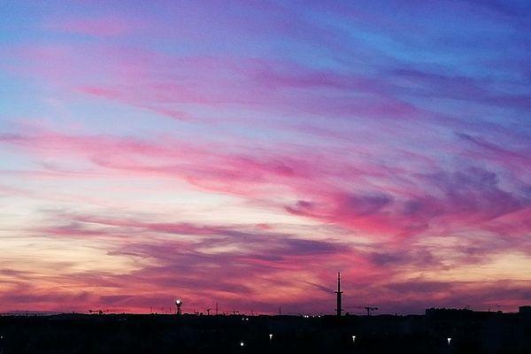 Ciel nuageux embrasé lors d'un coucher de soleil à Rennes