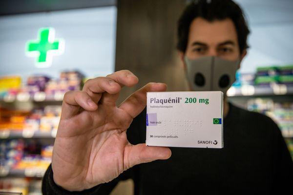 L'hydroxychloroquine est commercialisée sous le nom de Plaquenil, produit par Sanofi
