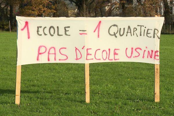 Des banderoles sur la plaine du Vert Buisson à Bruz pour dénoncer la construction d'un groupe scolaire