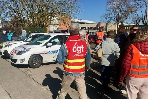 Une cinquantaine d'agents des douanes étaient rassemblés devant leur direction régionale à Amiens.