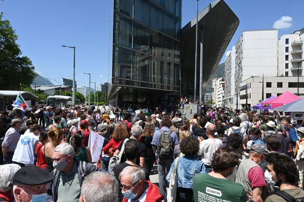 Des manifestants se sont regroupés devant l'entrée du palais de justice de Grenoble le 27 mai 2021 lors du procès de sept militants mis en cause pour avoir favorisé l'entrée sur le territoire d'une vingtaine de migrants.