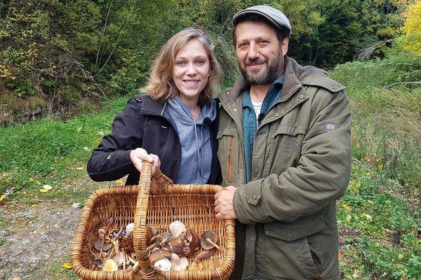 Bottes aux pieds et panier dans les mains, direction les forêts de Haute-Loire, près de Tence. Ma mission du jour : trouver des champignons ! N'étant pas une spécialiste, je me fais accompagner d'un mycologue, Hervé Cochini. Et malgré la sécheresse, quelques champignons nous attendaient.