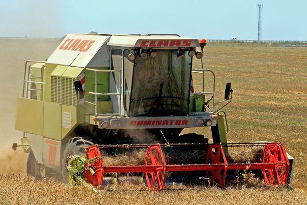 Selon le directeur de la DIRECCTE, ces accidents du travail seraient dus à la forte activité agricole en Occitanie. Ici, un agriculteur en plein travail à Saint Aunès dans l'Hérault. / Juillet 2007.