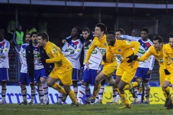 L'équipe d'Epinal exulte après la séquence des tirs aux buts devant une équipe lyonnaise médusée.