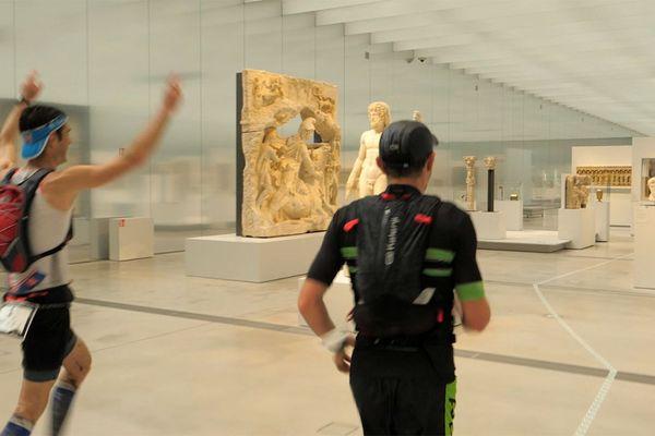 Les participants ont traversé la Galerie du Temps du Louvre-Lens.