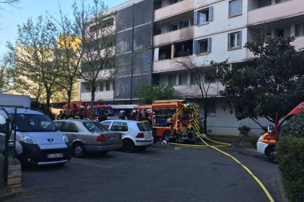 Le feu a fait un blessé grave et une vingtaine de personnes incommodées, dimanche 28 mars au matin.