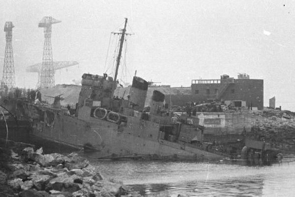 Le destroyer explose vers 10h30 alors que de nombreux soldats allemands sont autour et à bord