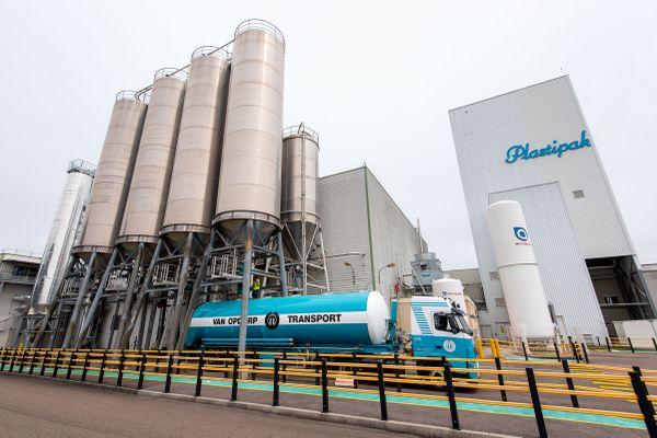 L'entreprise Plastipak à Sainte-Marie-la-Blanche près de Beaune recycle des bouteilles pour en créer d'autres.
