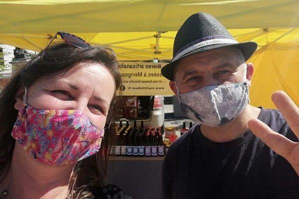Gilles Daïd et sa femme devant leur stand de bières artisanales.