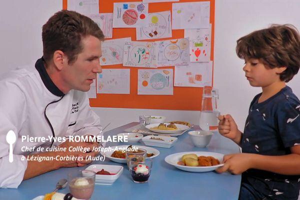 Cuisinier et enfant face à face