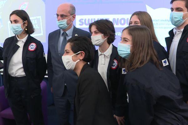 Sarah El Haïry (au centre) et Jean-Michel Blanquer (derrière) avec des jeunes en Service National Universel.