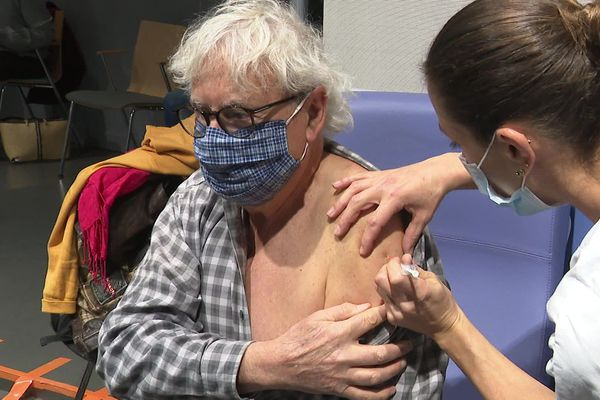 Depuis le lundi 4 janvier, environ 300 soignants volontaires ont reçu une première dose.