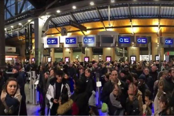 Aux heures de pointes, en gare Saint-Lazare à Paris, les portiques anti-fraude doivent rester ouverts afin d'éviter l'engorgement de la gare