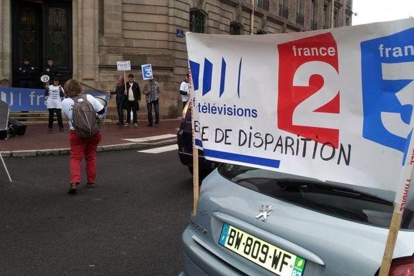 Délégation de France Télévisions devant la préfecture de Limoges