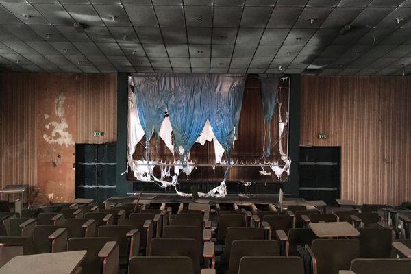 Nicolas explore des lieux abandonnés comme cette salle de cours dans une ancienne faculté près de Limoges.