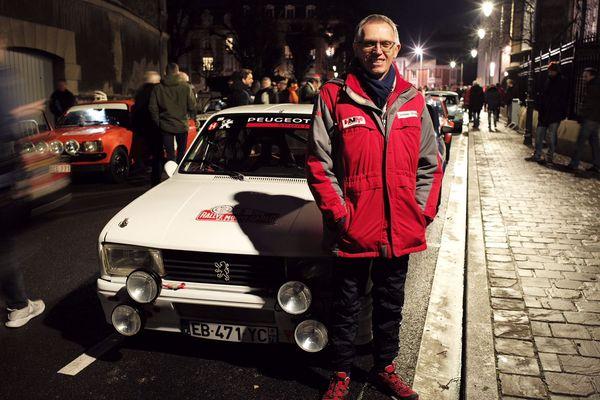 Parmi les équipages français Carlos Tavares, patron du groupe PSA (Peugeot, Citroën...), est au départ de Reims à bord de sa Peugeot 104.