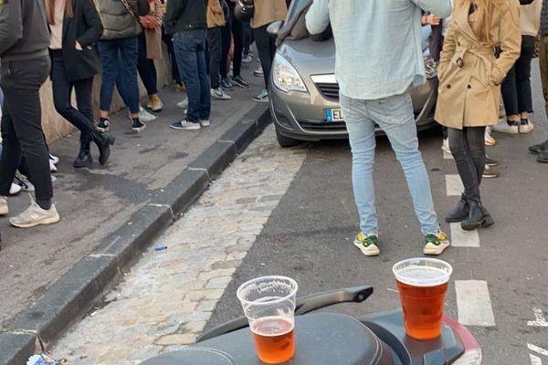 Plusieurs centaines de personnes se sont rassemblés pour boire l'apéritif au soleil en fin de journée dans le 7e arrondissement de Marseille.