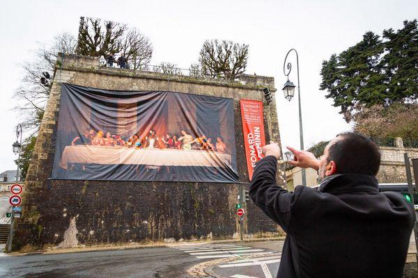 Philippe Lucchese donne ses instructions pour l'installation de l'affiche.