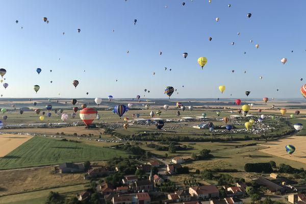 Lors de l'édition 2019 du Grand Est Mondial Air Ballons, 456 montgolfières avaient survolé les airs en même temps.