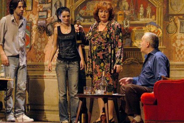 """Geneviève Fontanel entourée d'Arthur Jugnot, Salomé Lelouche et Michel Duchaussoy dans la pièce """"Un baiser un vrai"""" (août 2004)."""