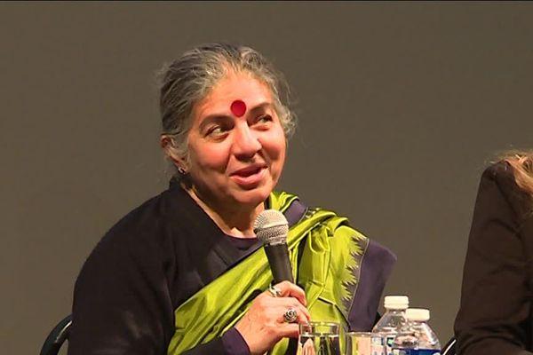 Drapée dans son éternel sari de coton indien, Vandana Shiva se bat depuis les années quatre-vingt contre les multinationales de l'agrochimie.