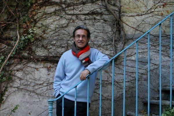 BORDEAUX LE 28/12/2005 - ALAIN DE VIRCONDELET ECRIVAIN, POSE DANS L'ESCALIER DE SA NOUVELLE MAISON A BORDEAUX
