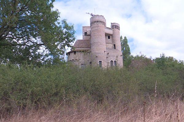 Il aura fallu 50 ans à Didier Lobert Bouillon de Viéville pour construire seul ce donjon remarquable.