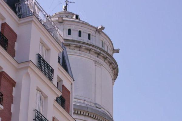 Son décor de façade, dans un style architectural néo-byzantin, est semblable à celui de la basilique du Sacré-Cœur.