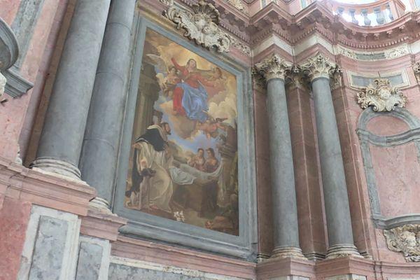 L'un des deux tableaux, posés ce mardi 17 septembre, touche finale des rénovations de l'église des Jacobins à Poligny