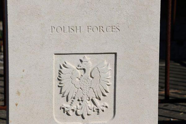 Insigne des forces polonaises sur la tombe de Witold Glowacki à Guînes, près de Calais.