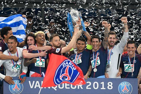 L'équipe du PSG soulève son 12ème trophée de Coupe de France, le 8 mai 2018.