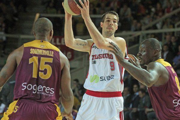 Jérémy Leloup en pleine action face aux joueurs d'Orléans