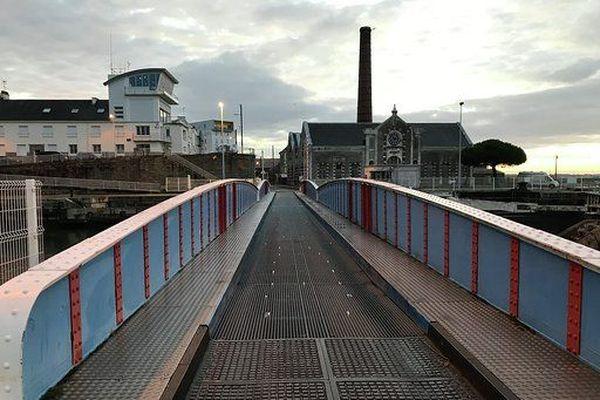 Le fameux pont tournant, étroit, glissant, à circulation alternée en sens unique...pas vraiment une solution pour circuler au quotidien
