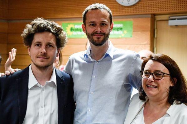 David Belliard, candidat EELV aux municipals 2020 à Paris, entouré d'Antoinette Guhl, adjointe à la maire de Paris et de Julien Bayou, secrétaire national du parti.