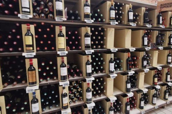 Les rayonnages de vins de Bordeaux en grande distribution © Jean-Pierre Stahl