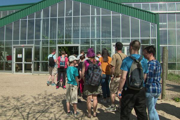 Dimanche 21 avril 2019- 12h : les premiers visiteurs à l'entrée du parc animalier Biotropica de Val de  Reuil (Eure)